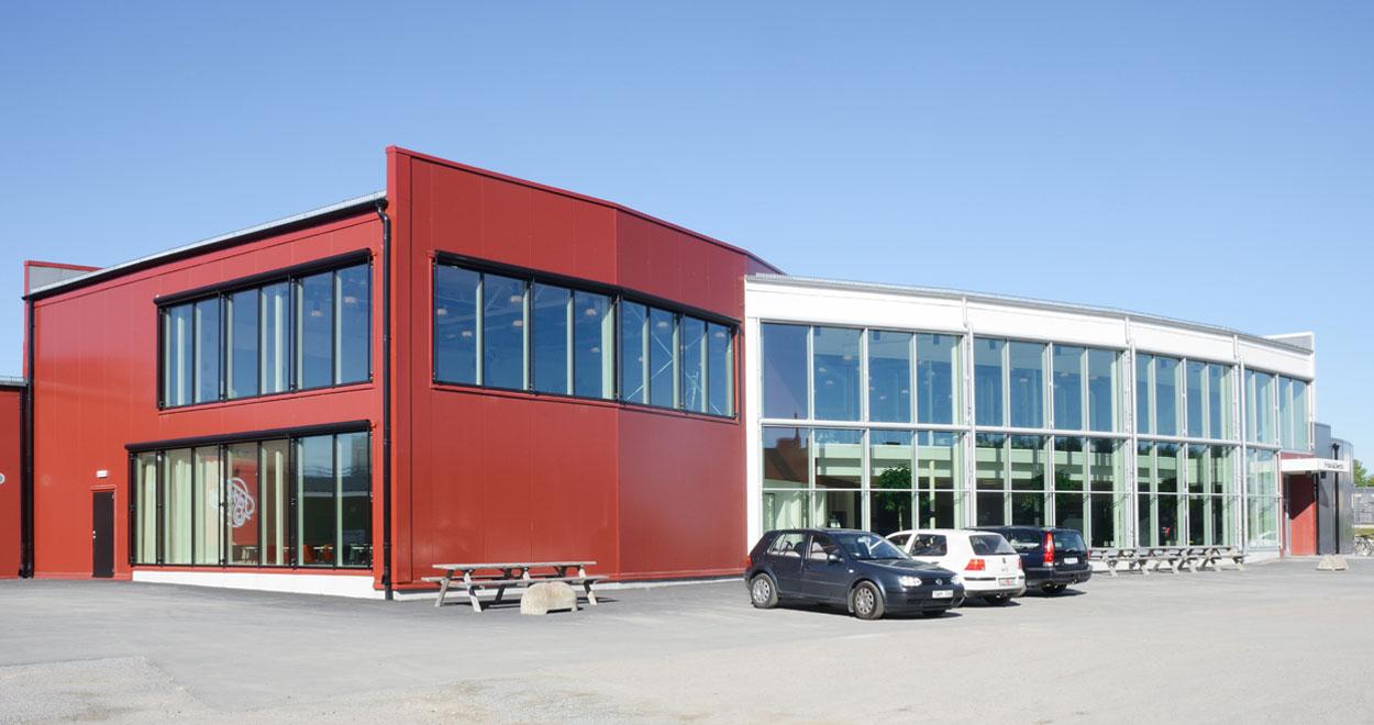 a-sidan arkitekt arkitektkontor Uppsala Friskis och Svettis gym idrott Ultuna SLU träning ombyggnad nybyggnad arkitektur glasfasad röd vit